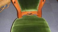 このタイプの椅子はよく見ますが、かなりおおきな椅子です。鋲も取替えてます 高級感のあるグリーンのモケット生地です。1脚¥31.500