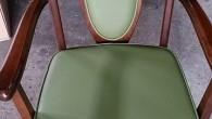 ビニールレザーですが、少し強度のあるしなやかな生地です。椅子の形やバランス調整もしました。1脚 ¥12500(税別)